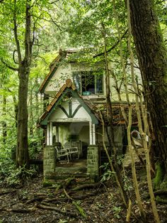 The Royal House by JanneFlinck on DeviantArt Abandoned Property, Old Abandoned Houses, Abandoned Castles, Abandoned Mansions, Abandoned Buildings, Abandoned Places, Old Houses, Beautiful Ruins, Beautiful Buildings