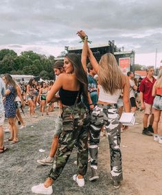 Fashion photography poses ideas best friends 38 New ideas Festival Looks, Best Friend Pictures, Bff Pictures, Best Friend Goals, Best Friends, Edgy Outfits, Cute Outfits, Music Festival Outfits, Concert Outfits