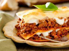 Wir verraten Ihnen, wie die klassische Lasagne mit Hackfleisch und Béchamelsoße perfekt gelingt.