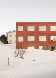 To keep the project affordable, Sanden + Hodnekvam chose to use prefabricated, insulated concrete elements with a 50-millimetre outer layer of pigmented concrete for all the facades. Building Costs, Building Systems, Building Materials, Building A House, Lillehammer, Concrete Facade, Concrete Houses, Concrete Wall, Sustainable Architecture