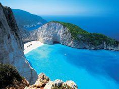 Isole della Grecia Le Isole della Grecia sono una delle mete più popolari tra i turisti italiani e stranieri. Isole incontaminate con spiagge bellissime, paesaggi mozzafiato, ristoranti romantici ed un sole caldo. Per risparmiare puoi visitare le tante e bellissime isole meno conosciute, ma non per questo da sottovalutare in quanto a bellezza dei paesaggi e possibilità di un soggiorno in pieno relax. Tra queste ti segnaliamo l'isola di Paxos, Antiparos, Alonissos, Skopelos.