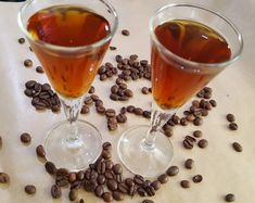 Nalewka kawowa to trunek dla cierpliwych, ale jeśli jesteście fanami domowych alkoholi i kawowych smaków, z pewnością dacie radę wytrzymać 3 tygodnie. Alcoholic Drinks, Wine, Glass, Food, Alcohol, Drinkware, Alcoholic Beverages, Corning Glass, Eten