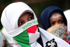 ua pengunjukrasa dari Gerakan Masyarakat Peduli Palestina melakukan aksi damai di Bundaran Digulis, Pontianak, Kalbar, Minggu (13/7). Selain...