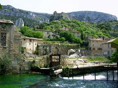 La Fontaine de Vaucluse qui est en fait une source - département du Vaucluse (vallée close en latin) - récupérant les eaux du mont Ventoux, des monts de Vaucluse, du plateau d'Albion et de la montagne de Lure. Elle alimente la Sorgue.