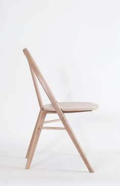 Bow is a minimal chair created by Chicago-based designer Taylor McKenzie-Veal.