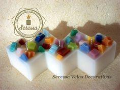 Vela en zigzag con tres mechas decorada con figuritas de colores. Precios, cotizaciones y pedidos al correo: velas.seressa@gmail.com