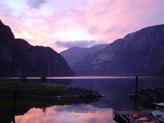 Prachtige zonsondergang in het Eidfjord in Noorwegen.