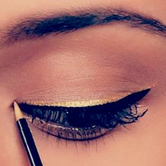 gold liner over black liner - I use Makeup Forever's Black pencil with Sephora's Liquid Gold Eyeliner Gold Eyeliner, Apply Eyeliner, Eyeliner Makeup, Thin Eyeliner, Makeup Contouring, Simple Eyeliner, All Things Beauty, Beauty Make Up, Beauty Stuff