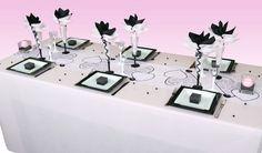 Grâce à sa nappe en rose, la base de cette décoration de table est à la fois douce et lumineuse, parfait pour un mariage des plus romantiques.