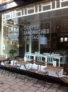 Pim coffee sandwiches & Vintage the Hague (nice simple outdoor seating) Cafe Bistro, Cafe Bar, Coffee Shop Design, Cafe Design, Restaurant Design, Restaurant Bar, Café Exterior, Vintage Coffee Shops, Vintage Bar