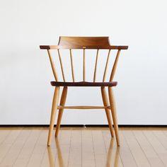 高山ウッドワークスの人気ナンバーワンチェア¨Captain Chair¨ウォールナットとオークの無垢材を適材適所に使用した素晴らしい1脚です。