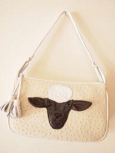 ヒツジのデザインの本革バッグです。実際のリアルな羊を思い描くようなバッグを作りたくて製作しました。モコモコした体に焦げ茶いろの顔が浮かび上がっています。ひょっ...|ハンドメイド、手作り、手仕事品の通販・販売・購入ならCreema。