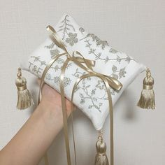 リングピロー 今回はベージュ とっても上品で優しい感じになりました(。・ω・。)♡♡ 明日花嫁さんの所に旅立ちます 1つ1つハンドメイドなので手元に届くのが遅い中、あたたかいお言葉を掛けてくださる素敵な花嫁さん達ばかりで、毎日感謝してます ありがとうございます(๑>◡<๑) #wedding #リングピロー #ringpillow #結婚指輪 #リングピロー手作り #ハンドメイド #ウェディング #ハンドメイド #刺繍 #プレ花嫁 #卒花 #ベビー枕 Chic Wedding, Wedding Rings, Ring Pillows, Ring Pillow Wedding, Hair Pieces, Groomsmen, Wedding Inspiration, Wedding Ideas, Place Cards