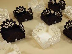 Forminhas rendadas dão um toque de requinte a sua festa. Ótima opção para festa de noivado - casamento - festa adulto - bodas de casamento - chá de panela chique - chá de casa nova chique Creative Crafts, Diy And Crafts, Paper Crafts, Cajas Silhouette Cameo, Cupcake Cake Designs, Paper Punch Art, Arabic Alphabet For Kids, Greeting Card Box, Doilies Crafts