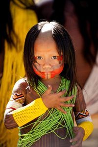 ayapó live along the Xingu river and Altamira area of the Amazon rain-forest. There are nine communities that are known as Xikrin, Txhukahamai, Mebêngokrê. Their language is part of the Ge linguistic family and is known as Macro-Jê, Jê or Kayapó. The Kayapó are unique because they have settled in small groups of no more than 80 in fertile areas of the Amazon River basin.All the women and girls of the Kayapo indians, shave a v-shaped form in the middle of thier head.