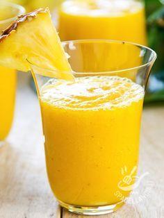 Centrifugato di curcuma e ananas disintossicante: un cocktail di vitamine e di curcumina, preziosa sostanza antiossidante preventiva di molti mali.