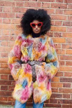 Julia Sarr-Jamois en fourrure colorée, coupe afro et lunettes de soleil  Afro Style b72b2314a297