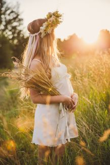 summer photoshoot photographer Teplova Zhanna Pregnancy First, Pregnancy Trimesters Summer Photography, Maternity Photography, Photography Poses, Maternity Pictures, Pregnancy Photos, Summer Shots, Country Senior Pictures, Bohemian Hairstyles, How To Pose