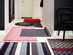 IKEA Österreich, Mehrere kleine Teppiche in einem langen Flur verteilt, u. a. kurzfloriger VEMB Teppich in Braun, kurzfloriger HELSINGE Teppich bunt und kurz...