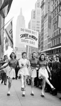 Skate To Work - save gas! - How cool it would be if work was close enough to skate to! Vintage Pictures, Old Pictures, Old Photos, Foto Poster, Foto Fashion, Fashion Models, Fashion Outfits, Photo Vintage, Vintage Love