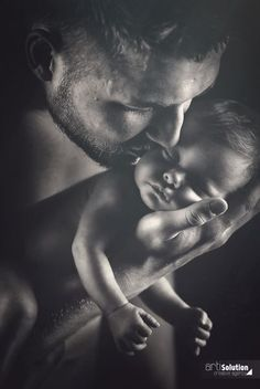 Wunderschön - Vater und Kind. Tolle Schwarz-Weiß-Fotografie voller Emotion. Neugeborenenfotografie für Duderstadt, Göttingen, Eichsfeld, Heiligenstadt und Umgebung