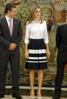 Los 13 de septiembre, Letizia viste falda corta. En esta fotografía la Reina visitaba una audiencia sobre la Fundación de Diabéticos Españoles (FEDE). No fue la única vez que vistió este look. En mayo de ese mismo año lo vistió también en otra reunión en Madrid.