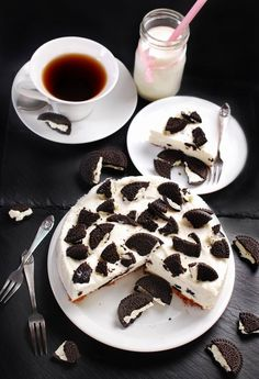 Don't skip dessert and dive into this delicious cake. The crunchy cookies throughout perfectly mix with the smooth ice cream. Sour Cream Pound Cake, Cream Cake, Ice Cream, Frozen Desserts, Frozen Treats, Oreo Cookies, Cookies And Cream, Yummy Cakes, Delicious Desserts