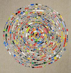 """O casal de artistas do Texas Hillerbrand + Magsamen criaram a série """"Mandala"""", montando círculos harmoniosos com objetos coloridos variados do dia a dia. A ideia surgiu dentro de casa, …"""