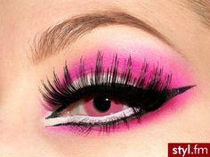 nice makeup..but ugh, her eyes pink??!