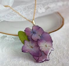 Resin necklace pendant with embedded flowers. Resin jewellery Resin necklace pendant with embedded flowers. Resin Jewlery, Resin Jewelry Making, Resin Necklace, Diy Schmuck, Schmuck Design, Diy Resin Crafts, Jewelry Crafts, Seashell Jewelry, Gemstone Jewelry