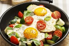De savoureux légumes garnis d'œufs, de basilic frais et de parmesan: que ce soit au dîner, au souper ou à votre prochain brunch, ce plat pour deux fera votre bonheur!