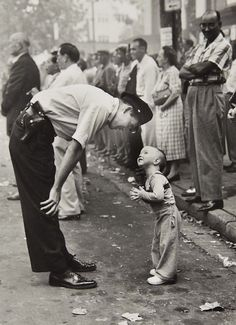 Lovely picture:William C. Beall - Faith and Confidence, 1958 A policeman speaks to a young boy at a parade in Washington, D. for the Washington Daily News. 1958 Pulitzer Prize for Photography - Courtesy Scripps Howard News Service Vintage Pictures, Old Pictures, Old Photos, Famous Photos, Black White Photos, Black And White Photography, Black Picture, Girl And Cat, Fotojournalismus
