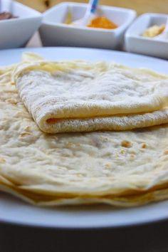 Crêpes vegan sans gluten, sans lactose et sans sucre. Ingrédients pour une dizaine de crêpes 250 g de farine de riz 80 g de fécule de tapioca (ou de maïs) 500 ml de lait végétal non sucré 240 ml d'eau froide 2 c. à soupe d'huile végétale neutre ou du beurre clarifié fondu 1 pincée de sel Commencer par diluer la fécule dans l'eau en mélangeant bien au fouet. Ajouter les autres ingrédients solides puis le lait végétal en filet en mélangeant bien au fouet pour éviter les grumeaux.
