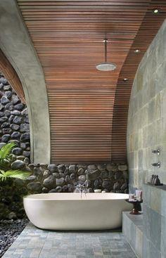 salle de bains moderne avec une baignoire et revêtement en pièrre du mur