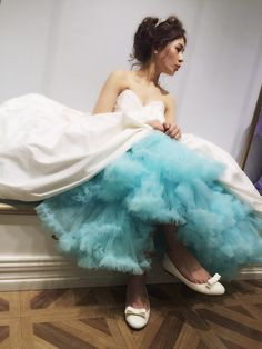 |カラーパニエ|プリムベール| 鮮やかなcolorで花嫁を彩る 【カラーパニエ】 ドレスの裾を持ち上げる仕草もcuteなカラーパニエ♡まもなくショップでのレンタルがスタートします。