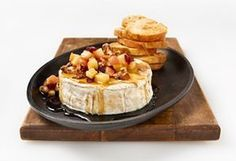 Brie with maple syrup, apples and walnuts Brie Fondant, Brunch, Baked Brie, Xmas Food, Dips, Queso, Appetizer Recipes, Love Food, Food And Drink