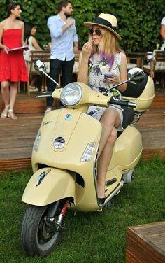 Vespa Bike, Motos Vespa, Piaggio Vespa, Lambretta Scooter, Vespa Scooters, Italian Scooter, Chicks On Bikes, Scooter Custom, Pocket Bike