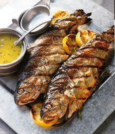 Ganze Forellen mit Rosmarin und Zitronenbutter - Tiere Whole trout with rosemary and lemon butter Grilled Trout, Grilled Fish Recipes, Shrimp Recipes, Salmon Recipes, Grilling Recipes, Asian Recipes, Beef Recipes, Cooking Recipes, Slow Cooker Recipes