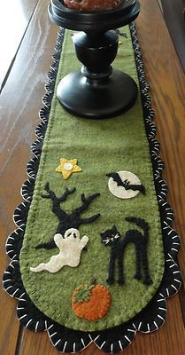 Halloween Penny Rug-I love how adorable this candle mat is. I could see having this in my home for Halloween for years to come. Halloween Quilts, Diy Halloween, Moldes Halloween, Adornos Halloween, Manualidades Halloween, Holidays Halloween, Halloween Decorations, Halloween Sewing Projects, Primitive Halloween Crafts