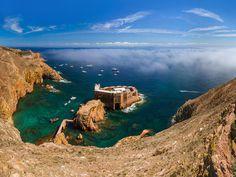 Portugal limita el número de visitantes diarios a uno de sus tesoros costeros Reserva Natural, Belem, Medieval Town, Medieval Castle, Portugal Tourist Attractions, Day Trips From Lisbon, Places In Portugal, Secret Places, Destinations