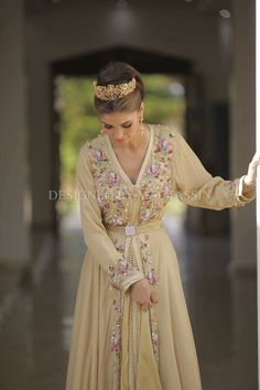 caftan for the bride. Morrocan Dress, Moroccan Caftan, Moroccan Style, Caftan Gallery, Oriental Dress, Arabic Dress, Arab Fashion, Muslim Fashion, Moda Paris