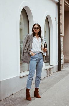 it-girl - camisa-branca-blazer-mom-jeans - mom-jeans - inverno - street style Blazer Jeans, Outfit Jeans, Look Blazer, Blazer Outfits, Jean Outfits, Fashion Outfits, Women's Jeans, Fashion Tips, How To Wear Jeans