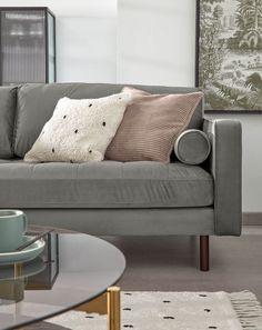 Tweezitsbank bekleed met fluweel. Verwijderbare rugleuning. Inclusief twee kussens met afneembare hoezen. Beukenhouten poten met wenge afwerking. #bank #couch #sofa #fluweel #velvet #velours #woonkamer #zithoek #living #interieurinspiratie #interiorinspiration