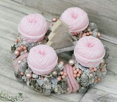 Christmas Advent Wreath, Pink Christmas, Merry Christmas, Topiary, Xmas Decorations, Pillar Candles, Diy And Crafts, Centerpieces, Pastel