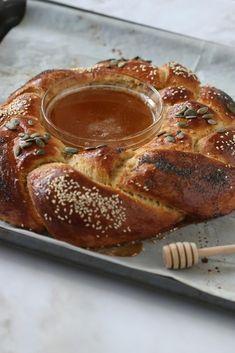 Rosh Hashanah Challah Recipe, Rosh Hashanah Honey Cake Recipe, Rosh Hashanah Food, Savoury Pastry Recipe, Pastry Recipes, Kosher Recipes, Apple Recipes, Challah Bread Recipes, Honey Cookies