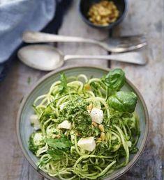 Zucchinipasta med pesto och mozzarella - recept   Mitt kök Go Veggie, Lchf, Vegan Pasta, Dessert, Mozzarella, Pesto, Zucchini, Spinach, Food Porn
