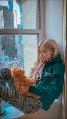 I'm in dream mayve or not this is bearly rosé djjwnsnsjdn Kpop Girl Groups, Korean Girl Groups, Kpop Girls, Blackpink Fashion, Korean Fashion, Ft Tumblr, Chica Cool, Black Pink Kpop, Black Pink Rose