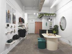Connu pour sa boutique en ligne depuis plus de 5 ans, C'est Beau prend forme pour la toute première fois à travers un concept-store situé sur l'avenue Mont-Royal, au coeur du Plateau-Mont-Royal à Montréal. On doit cette réalisation à Gabrielle Rousseau et Philip Staszewski, de l'atelier de design Obiekt. Les fondateurs de C'est Beau souhaitaient y créer un espace dont le mobilier serait conçu et fabriqué au Québec, en respect avec la philosophie de l'entreprise. À l'approche de la…