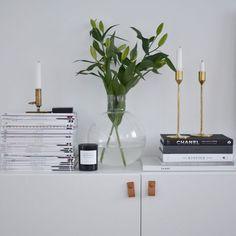Dekoration med böcker o tidningar, ljusstake, vas