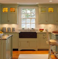 Ive really been digging the antique green colored cabinets! Traditional Home Sage Green Kitchen Cabinets Design Ideas, Pictures, Remodel, and Decor - page 3 Black And Copper Kitchen, Sage Green Kitchen, Green Kitchen Cabinets, Kitchen Cabinet Colors, New Kitchen, Glass Cabinets, Kitchen Sinks, Upper Cabinets, Bathroom Cabinetry